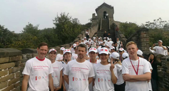 His Royal Highness Crown Prince Frederik of Denmark together with the SDC students during the Great Wall Run.