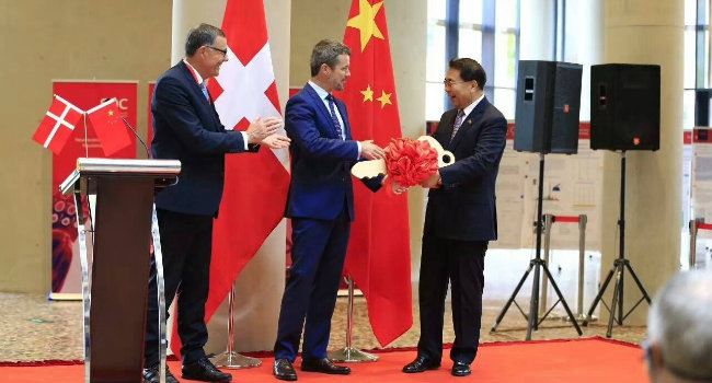 The Chairman of the Board of the Danish Industry Foundation, Sten Scheibye (on the left) and His Royal Highness Crown Prince Frederik of Denmark (center) and the President of Chinese Academy of Sciences, Bai Chunli (on the right).